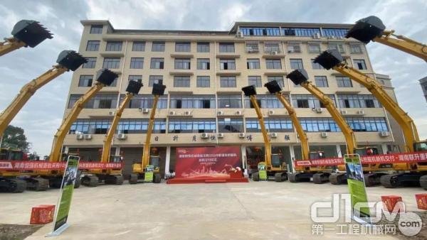 湖南恒强机械首批10台中联重科挖掘机交付仪式