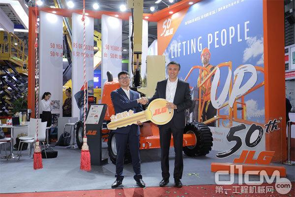 捷尔杰亚太区总经理顾韬与众能联合CEO杨天利在交接开启520AJ的金钥匙