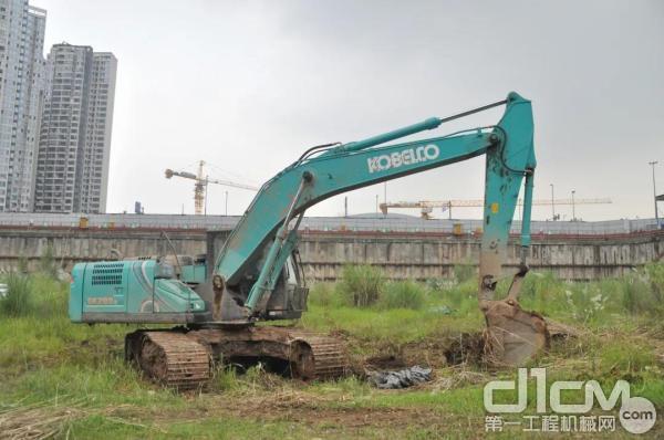 神钢SK220LC挖掘机