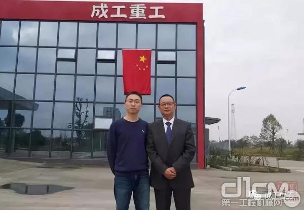 成工重工董事长兼总经理朱文彪(右)接受记者采访