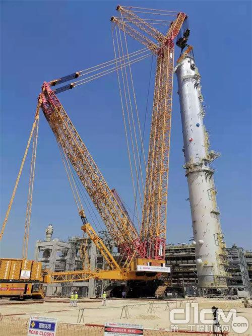 徐工四千吨级履带起重机,在沙特达曼省朱拜勒工业区成功吊装近2000吨的洗涤塔