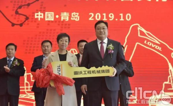 雷沃重工集团副总经理 王宾 交付金钥匙