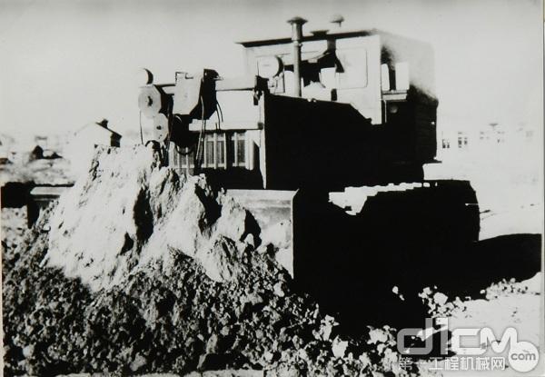 (1957年,开始试制生产271型(苏联型号)推土装置)