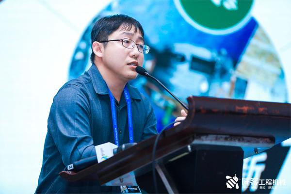 安徽力源机械有限公司董事长孙利舟先生在年会上做《传承下的企业可继续发展》的演讲