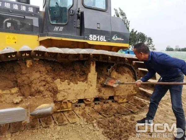 操作手清理设备淤泥