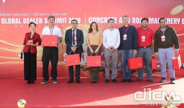 三一泵送国际营销公司总经理杨校先生为获奖者颁奖