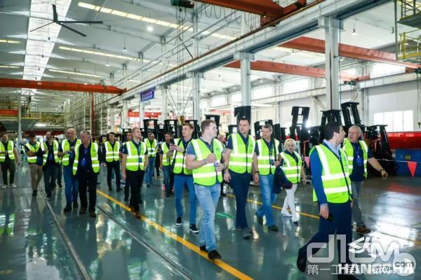 代理商们参观杭叉智能工厂