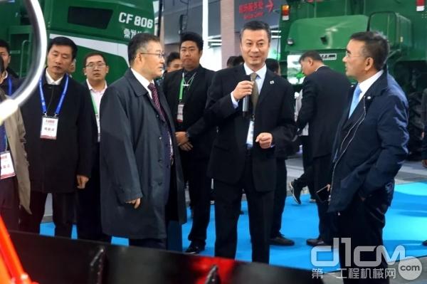 国机集团党委书记、董事长张晓仑巡馆