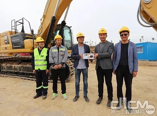 利星行销售经理为王老板赠送挖机模型