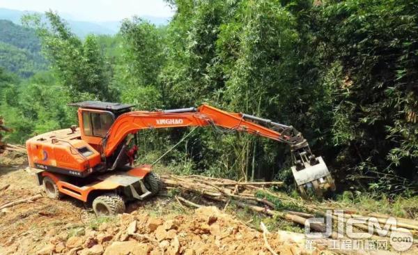 装配YC4FA的轮挖正在作业