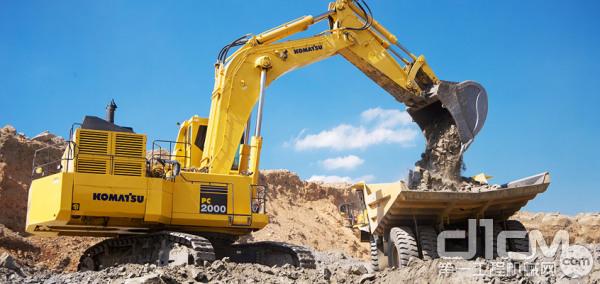 小松PC2000超大型矿用挖掘机施工现场