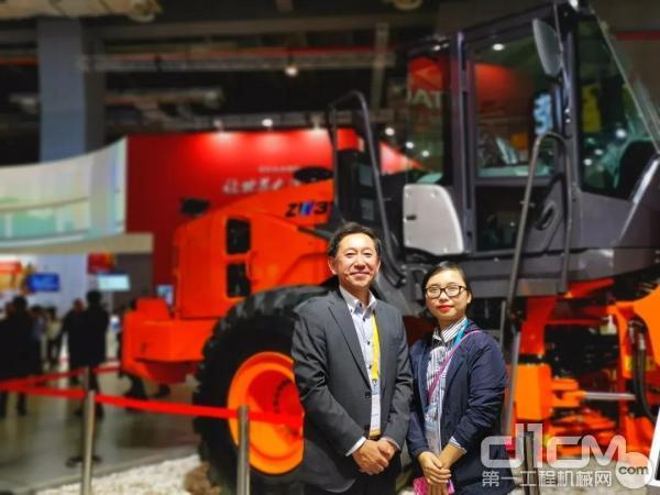 日立建机(上海)有限公司副总经理、营业统括本部本部长高野诚与WAM机械网记者合影