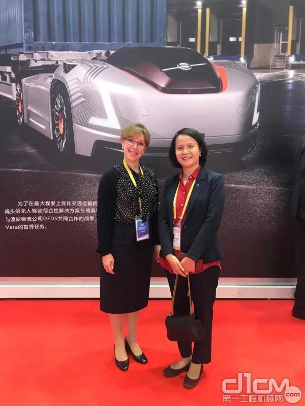 沃尔沃(中国)投资有限公司总裁马军(右) 与瑞典驻华大使馆经济参赞 Fredrike Tamas Hermelin(左)