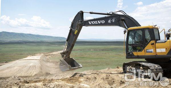 在哈萨克斯坦超大型项目施工现场的沃尔沃设备