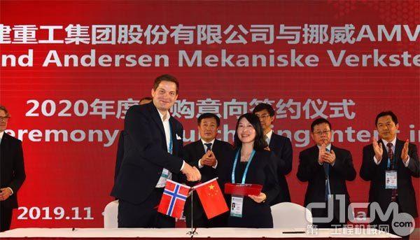 铁建重工副总经理、董事会秘书刘丹(右)代表铁建重工与供应商签约
