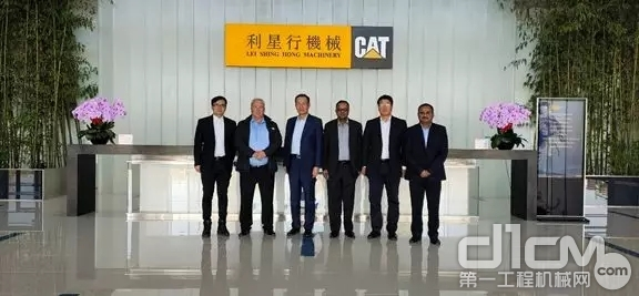 会后,双方与会人员共同在华北利星行机械的总部大楼合影留念