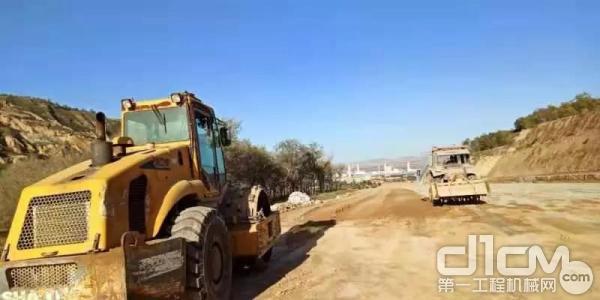 甘肃陇漳高速公路施工的山推SR22MP压路机
