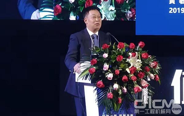 广西柳工机械股份有限公司董事、副总裁黄敏作《人间正道是沧桑》的主题演讲