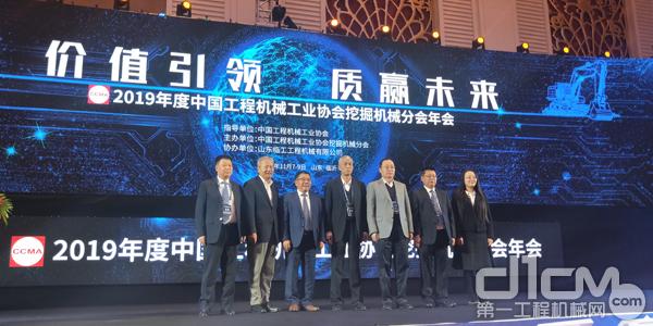 中国工程机械工业协会祁俊会长与分会六届理事会领导班子合影