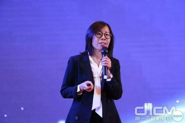 山河智能國際營銷公司彭輝女士作報告
