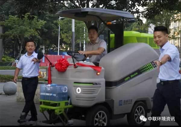 马宇政副局长试驾纯电动桶装人行道扫路机