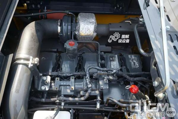 搭载了满足国三排放的小松6缸 SAA6D125E-5涡轮增压直喷发动机