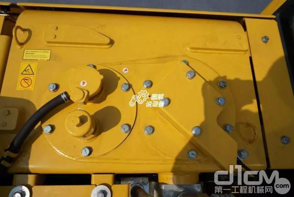 液压油箱设置在挖机的左侧