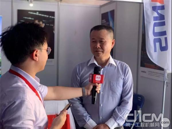 夏志宏先生在展会期间接受媒体记者采访