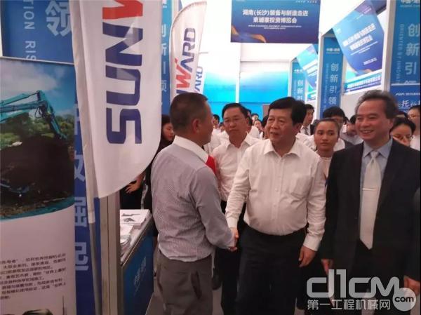 湖南省商务厅厅长到访山河智能展位与夏志宏先生亲切交谈