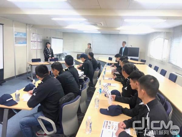 小松学院的学员们来到小松本社