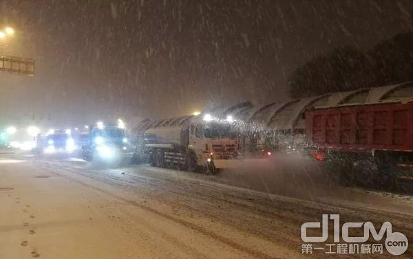 凯斯滑移装载机清雪