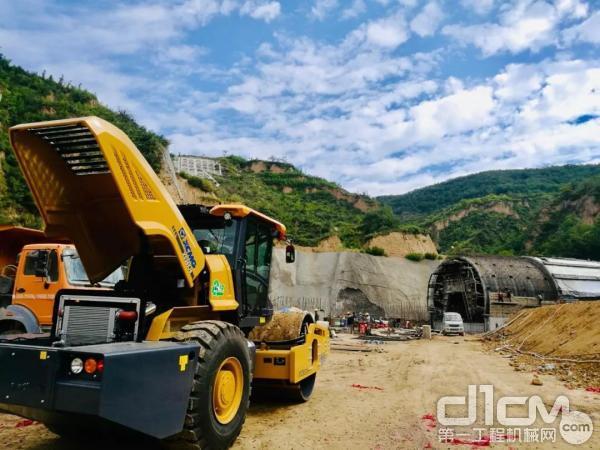 徐工睿龙XS265JS压路机助力银西高铁建设