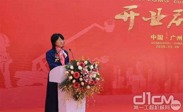 高机营销事业部副总经理王玉玲致辞,提出临工高机服务品牌规划