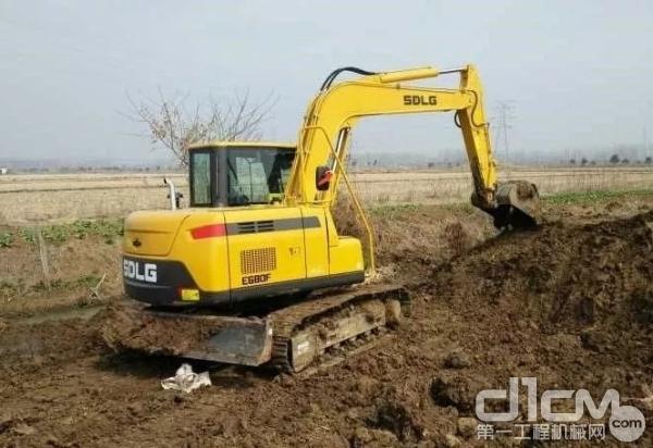 山东临工E680F挖掘机施工作业