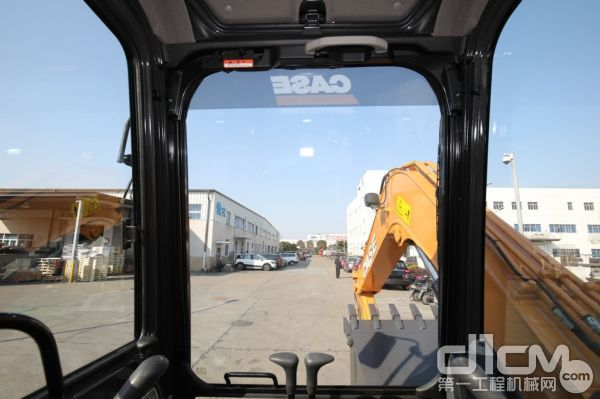 CX80C更大的驾驶室带来更广阔的视野