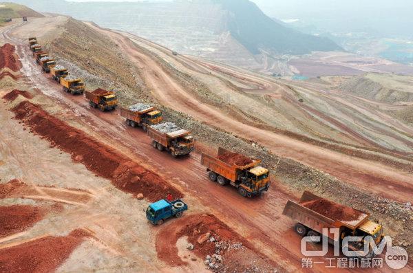 同力重工的非公路宽体自卸车驰骋在紫金矿业的矿区