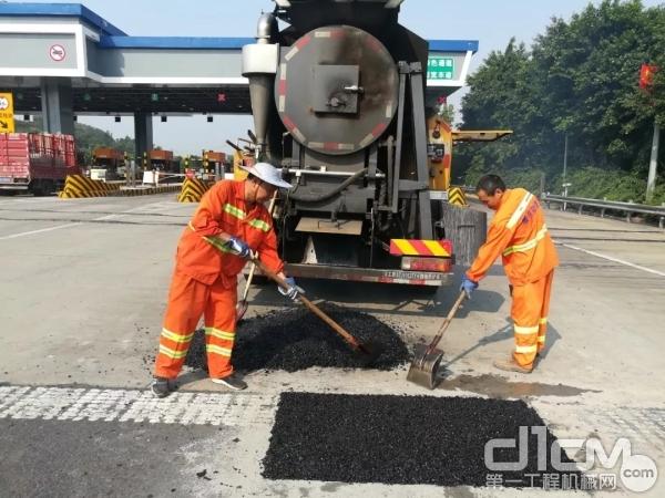 徐工XLY系列综合养护车施工作业