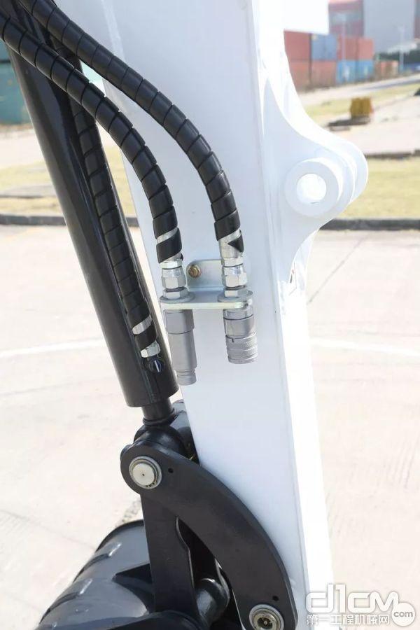 E35z同样采用了动臂侧移设计