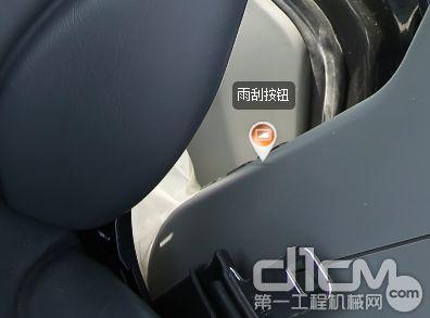 雨刮摁钮在座椅的左后方