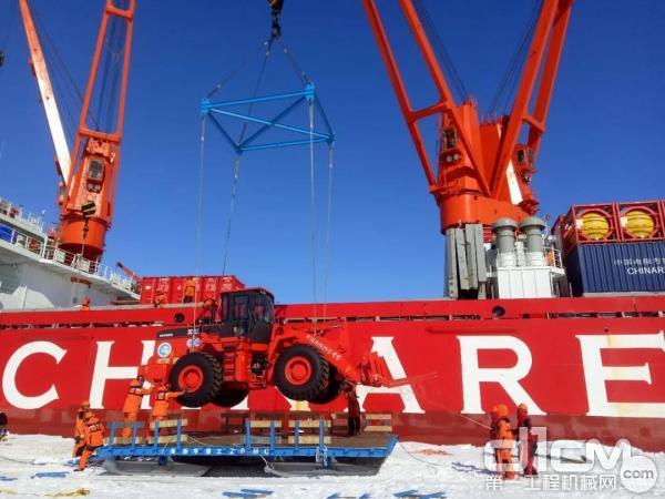 厦工XG958装载机正在进行吊装登陆作业