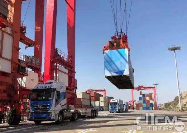 上汽红岩5G智能重卡助力港口运输