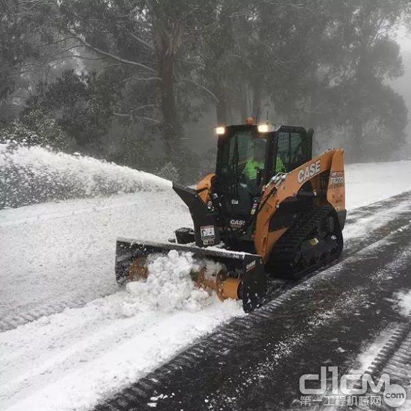 近可将积雪直接吹至路边