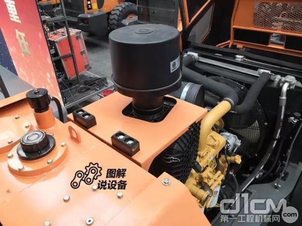 液压油箱设置在驾驶室后面