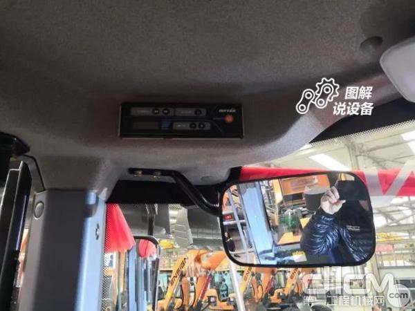 收音机设置在驾驶室左上角