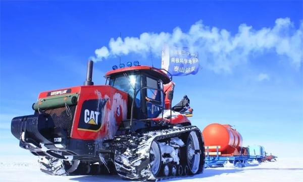 """""""雪龙""""号运抵中山站的第一台""""巨无霸""""重型雪地车成功上站"""