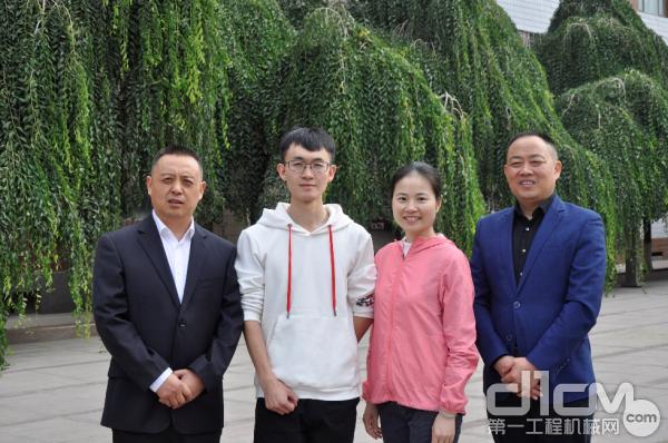 日立建机(上海)陈海容主任(右二)、乌市中辰副总裴杰(左一)、季必玉部长(右一)与客户合影