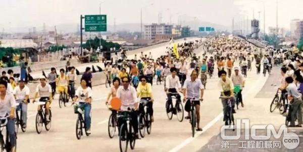 广佛高速公路,80年代通车时的景象。路上只有自行车,没有汽车。这是一个罕见的场景。当然,那时汽车仍然非常罕见。