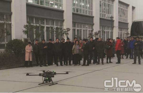 与会代表参观兴科迪科技(泰州)有限企业,并观看无人机现场演示