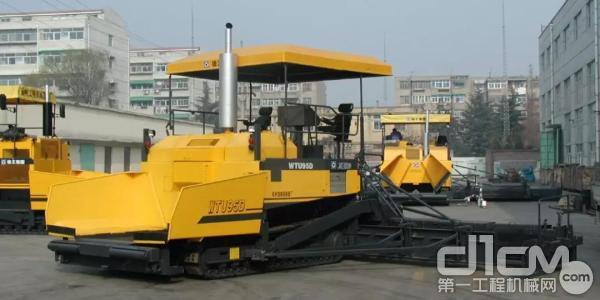 中国第一台9.5米全液压WTU95稳定土摊铺机