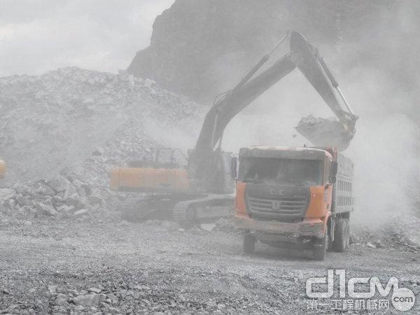 矿山恶劣工况中工作的自卸车